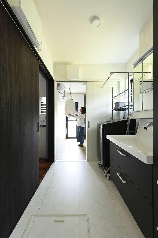 アイフルホーム 掛川店【デザイン住宅、省エネ、間取り】キッチン裏に収納付きランドリールーム、洗面所、脱衣所、浴室を直線で配置した。洗う、干す、収納までを一箇所で完結できる