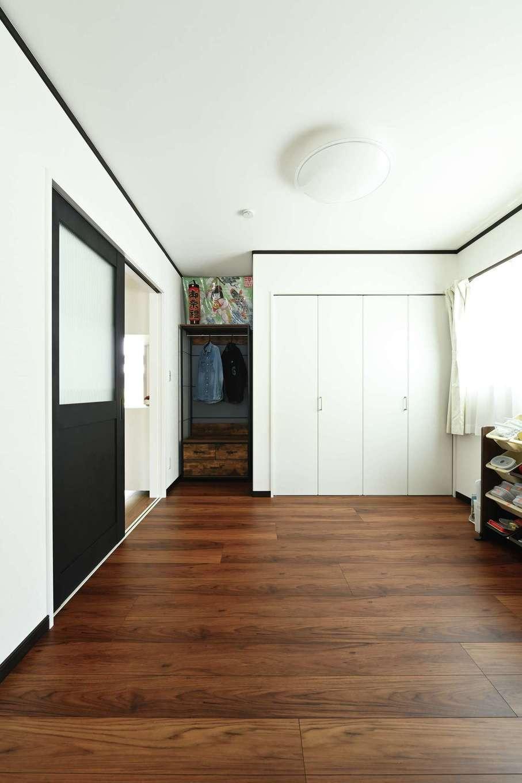 アイフルホーム 掛川店【デザイン住宅、省エネ、間取り】将来はこの家が母屋になるため、玄関とLDKの間には客間機能のある部屋を用意。2階にも客室がある
