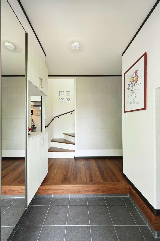 アイフルホーム 掛川店【デザイン住宅、省エネ、間取り】玄関ホールからはLDK、客間、水回りすべてに直行できる。冷暖房効率を考えてリビング階段はやめ、玄関ホールに直結させた