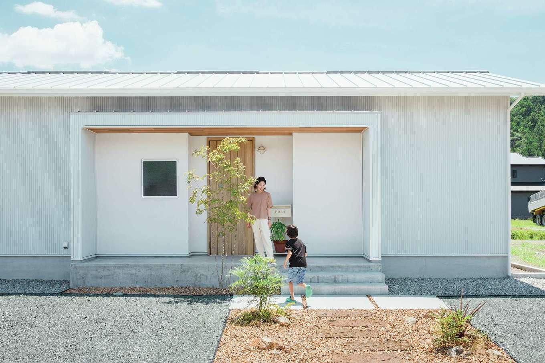 ワンズホーム【デザイン住宅、建築家、平屋】青空に映える白い外観の平屋は、玄関回りを塗壁に。軒天にはレッドシダーを使い質感にもこだわった