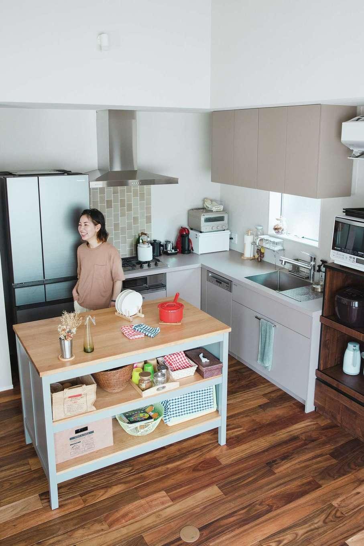 ワンズホーム【デザイン住宅、建築家、平屋】海外の料理番組に出てくるキッチンに憧れて、最初からL字型の壁付スタイルを希望した。換気扇下にはアクセントタイルを。窓辺には雑貨も飾り、家事時間を楽しく彩っている