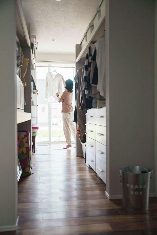 ワンズホーム【デザイン住宅、建築家、平屋】室内干し空間から乾いた衣類をそのままクローゼットにしまえる。遊びに来た友人からも大好評なのだとか