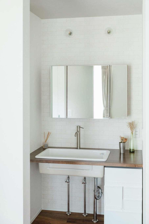ワンズホーム【デザイン住宅、建築家、平屋】「洗面と脱衣室を分けて正解!」とTさん。造作洗面カウンターの大きな鏡は朝のメイクタイムにも活躍する