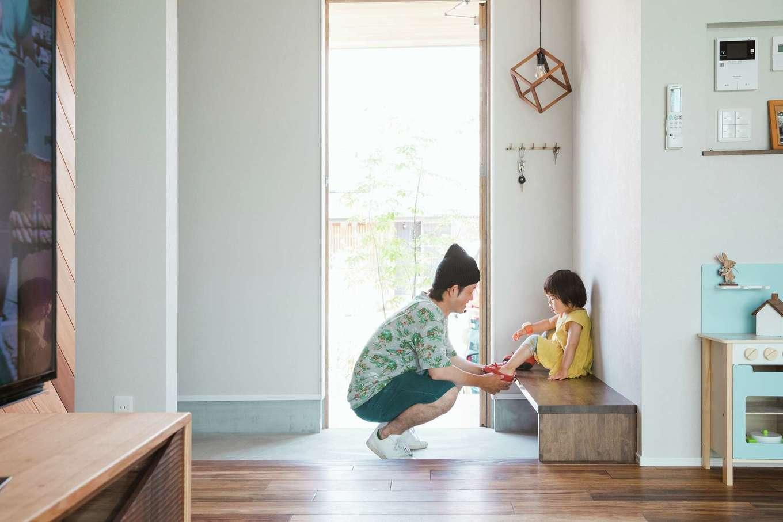 ワンズホーム【デザイン住宅、建築家、平屋】あると便利な玄関ホールのベンチはシンプル&洗練された形に。すっきりとした空間の魅力を際立たせているのは、印象的なデザインのペンダントライト