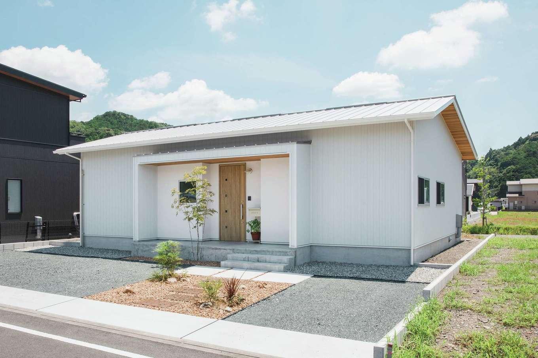 ワンズホーム【デザイン住宅、建築家、平屋】真上から見るとコの字型になっているT邸。庭にはこれからウッドデッキや家庭菜園などを作る予定だ