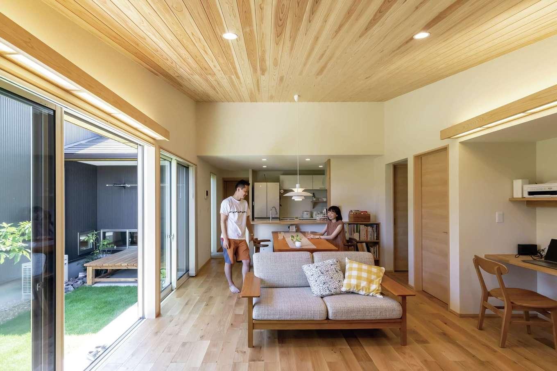 新栄住宅【趣味、自然素材、平屋】中庭からたっぷりの光があふれ、風がそよぐナチュラルテイストのLDK。肌触りのいい床は無垢のホワイトオーク、天井は無垢の杉板を使用。「ルイス・ポールセン」のペンダントライトがアクセントに