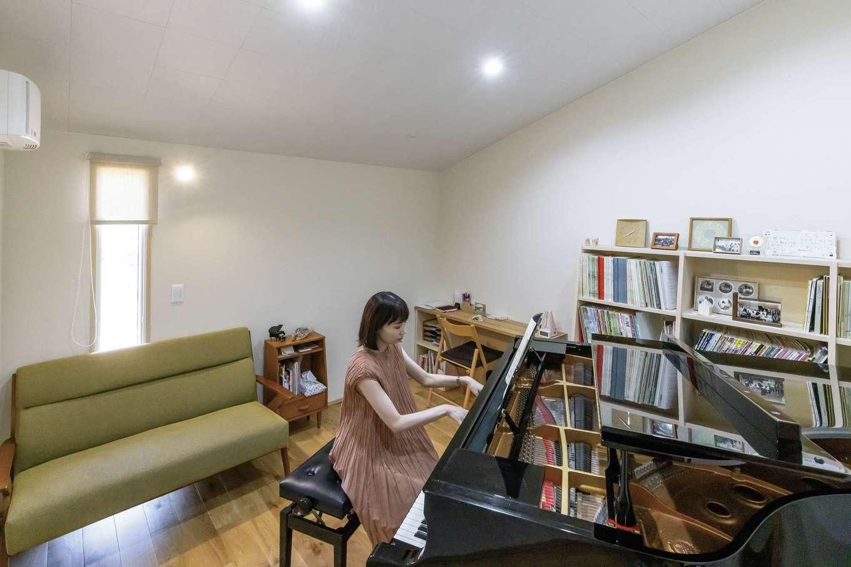 新栄住宅【趣味、自然素材、平屋】玄関を入ってすぐの場所にある奥さまの趣味部屋。吸音性に優れた断熱材セルロースファイバーを使用しているので、グランドピアノの音が外にほとんど漏れない