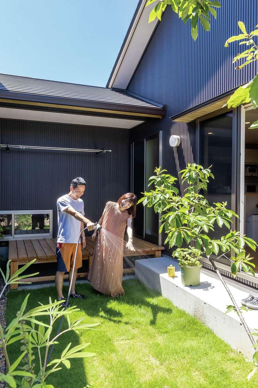 新栄住宅【趣味、自然素材、平屋】趣味部屋とLDKの間にある中庭。外からの目線を気にせずBBQや水遊びを楽しめる。シンボルツリーはどんぐりの木