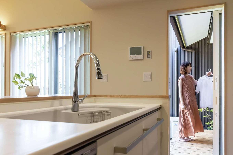 新栄住宅【趣味、自然素材、平屋】キッチンから数歩でアクセスできる中庭で洗濯物も干せる。軒が深く、雨に濡れにくいので安心