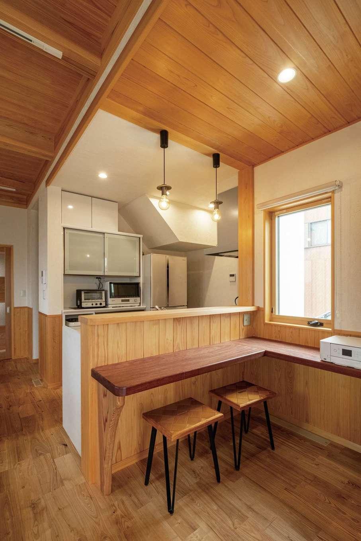 藤田工務店【二世帯住宅、自然素材、間取り】コンパクトさと開放感を両立したキッチン。造作のL字カウンターには父親が残してくれたカリン材を用いた