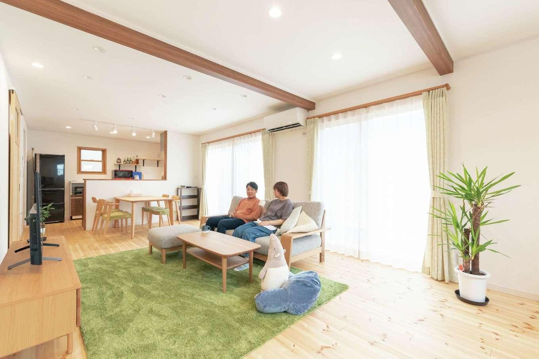 イーホーム【デザイン住宅、自然素材、間取り】明るいリビングにしたいという奥さまの要望に応えて、LDKには大きな掃き出し窓を2か所に設けた。無垢床、塗り壁、見せ梁でナチュラルな印象に