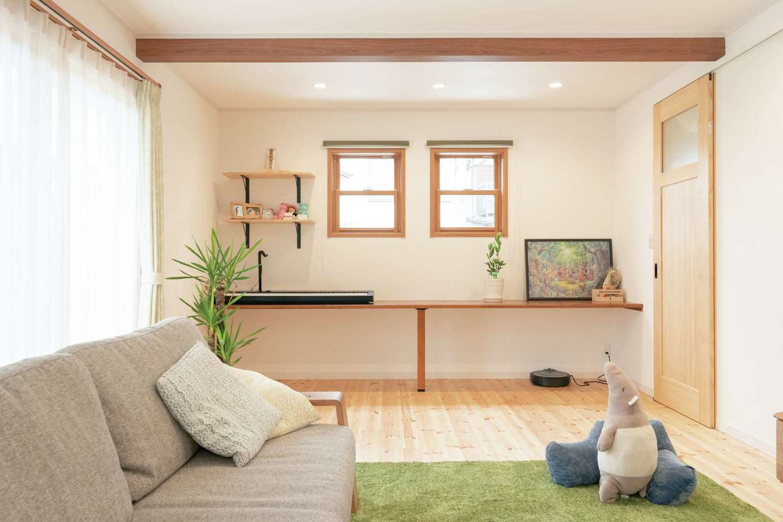 イーホーム【デザイン住宅、自然素材、間取り】リビングのカウンターは電子ピアノを置いても充分なサイズ。お気に入りの絵を飾ったり、収納にしたりと活用方法はいろいろ