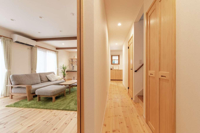 イーホーム【デザイン住宅、自然素材、間取り】玄関ホールからキッチン、水回りへはまっすぐ伸びる廊下を設けた。家事とくつろぎの動線を分けてすっきり