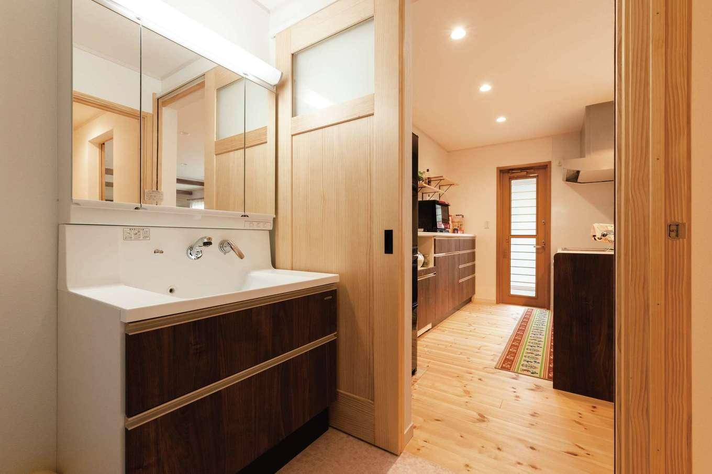イーホーム【デザイン住宅、自然素材、間取り】室内干しができる洗面脱衣所はキッチンとも直結
