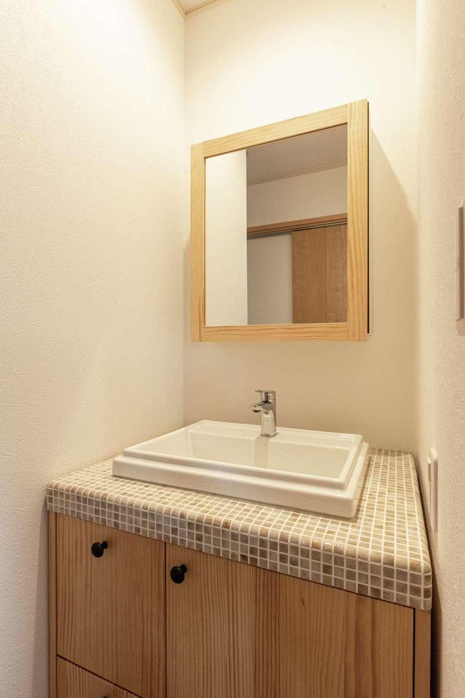 イーホーム【デザイン住宅、自然素材、間取り】2階ホールにはモザイクタイルの造作洗面を
