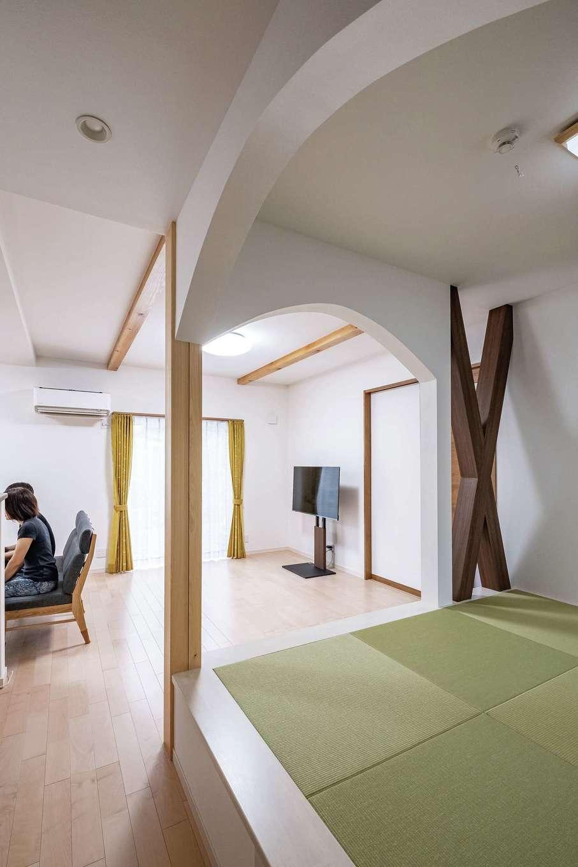 イデキョウホーム【デザイン住宅、収納力、省エネ】LDKにな じむようモダンにコーディネートされた和室。アーチの垂れ壁が空間にアクセントをつけながら、ゆるやかにゾーニングしている