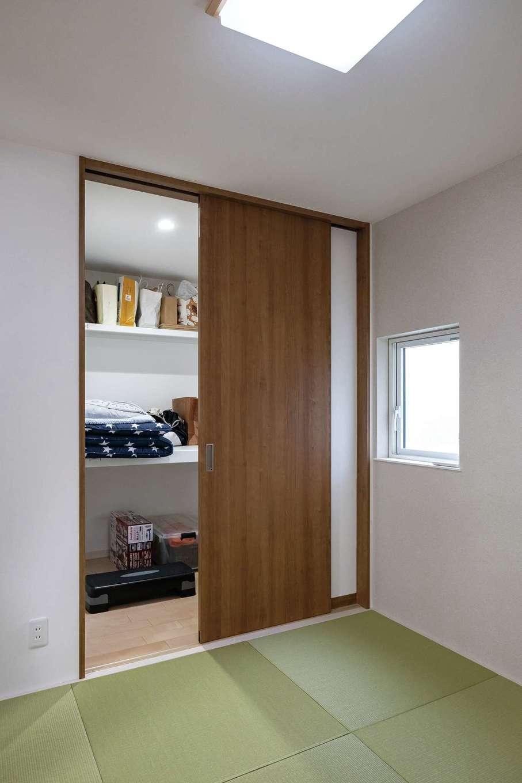 イデキョウホーム【デザイン住宅、収納力、省エネ】LDKと一体化した小上がりの和室をつくり、布団が入る大容量のウォークインクローゼットを備えた。高齢になった時、1階だけでも生活が完結する間取りに