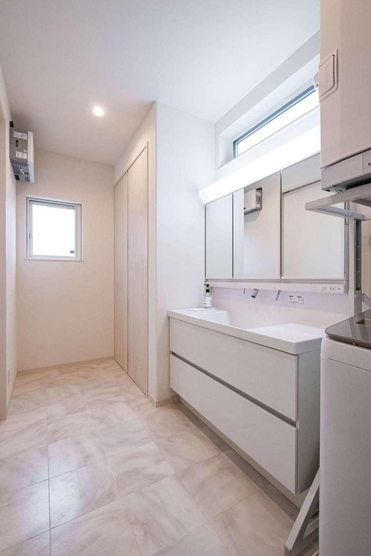 イデキョウホーム【デザイン住宅、収納力、省エネ】広々としたスペースの洗面・脱衣室にはたっぷりの収納とガス衣類乾燥機。外干しすることがなくなり、家事時間の短縮になっているそう