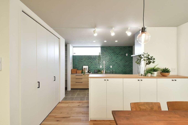 尾崎工務店【間取り、建築家、ガレージ】緑のタイルはオープンハウスで惹かれて取り入れたもの