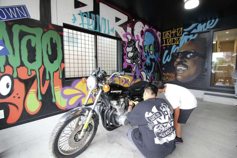 尾崎工務店【間取り、建築家、ガレージ】壁に描かれた「 @xkerzeeex 」のグラフィティも自慢