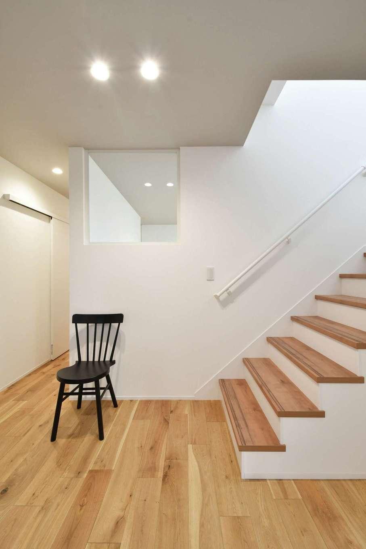 尾崎工務店【間取り、建築家、ガレージ】床は木目が美しいオーク材に