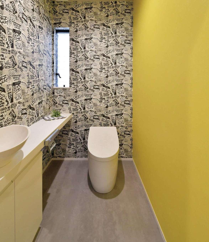尾崎工務店【間取り、建築家、ガレージ】トイレはポップなクロスで遊び心を