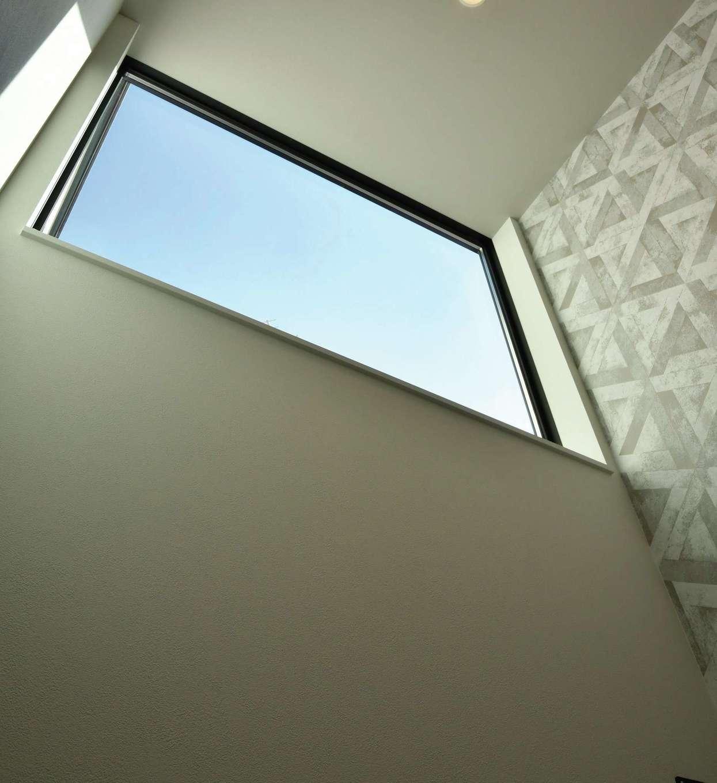 尾崎工務店【間取り、建築家、ガレージ】吹き抜けの窓から光を取り込み、1階が明るくなるように設計