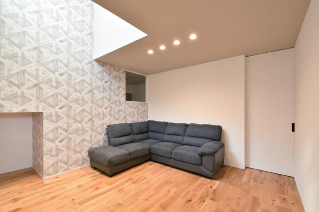 尾崎工務店【間取り、建築家、ガレージ】玄関ホールを進み、天井付き引き戸を開けると、吹き抜けのリビングがある。ダイニングキッチンともL字型でつながる間取り