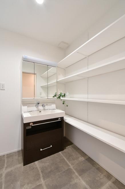 尾崎工務店【間取り、建築家、ガレージ】洗面台とシステムキッチンは、建替え前に使っていたものをリフォームして有効活用