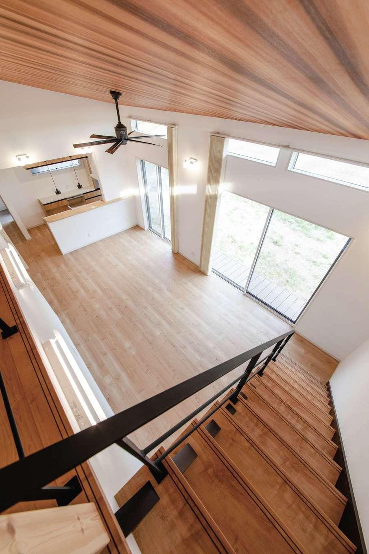 未来創建【デザイン住宅、省エネ、平屋】ロフトからリビングダイニング、キッチンまで一望でき、家族のつながりを感じられる間取り。天井いっぱいの窓から入る光が、空間を明るく包み込み、心地良く過ごせる