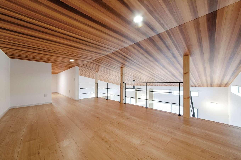 未来創建【デザイン住宅、省エネ、平屋】天井高1.4メートルのロフトは、趣味の空間や子どもの遊び場など、多目的に活用できる。小屋裏収納ともつながるマルチな空間だ
