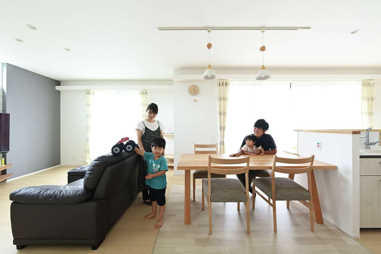 内田建設【デザイン住宅、子育て、収納力】キッチン、ダイニング、リビングを一直線に配置。リビングでテレビを観たり、ダイニングテーブルにブロックやパズルを広げて遊んだり。キッチンの周りをぐるぐる走り回ることもでき、子どもたちがのびのびと過ごせる