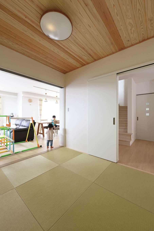 内田建設【デザイン住宅、子育て、収納力】子どものお昼寝スペースや客間として大活躍の和室には、日焼けしにくく、手入れが楽な和紙の畳を採用。撥水性があるため、ジュースなどをこぼしても簡単に拭き取れる