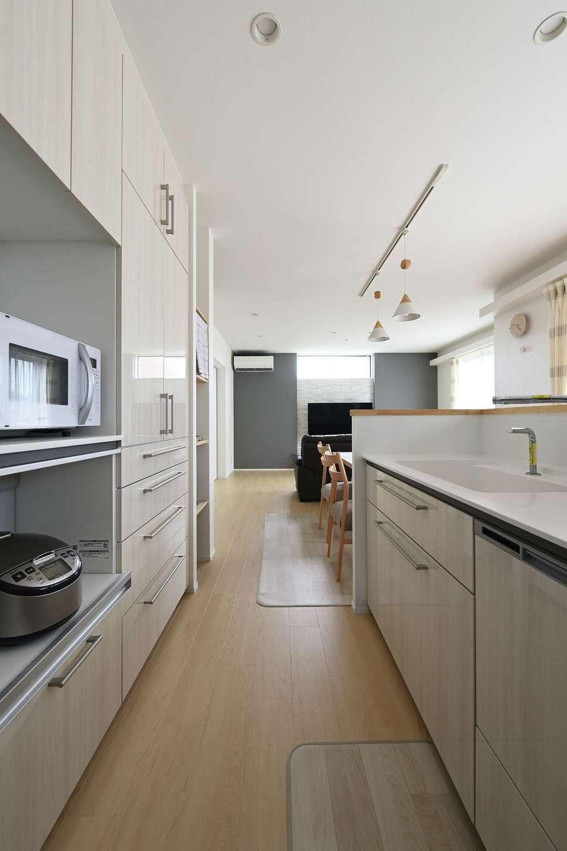 内田建設【デザイン住宅、子育て、収納力】キッチンとダイニングが横並びにあると、配膳もしやすく家事が楽に