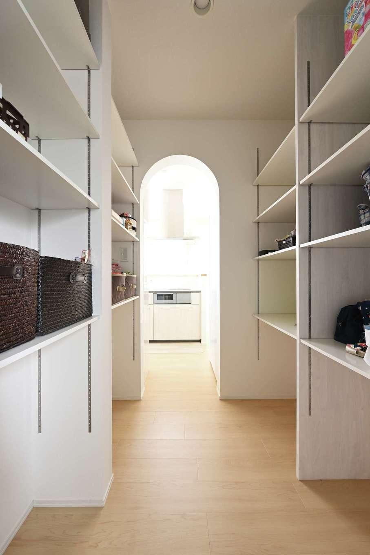 内田建設【デザイン住宅、子育て、収納力】パントリーを介して、洗面脱衣室とキッチンがつながる。玄関ホールからLDKへ続くルートもあり、家族とゲスト用で動線の使い分けが可能