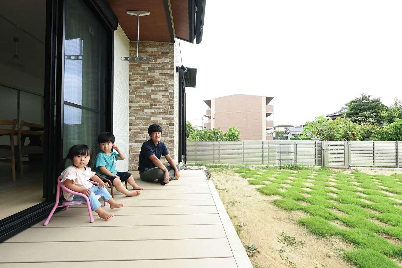 内田建設【デザイン住宅、子育て、収納力】ウッドデッキをリビングの延長として活用。樹脂製なので変色しにくく、メンテナンスも簡単だ