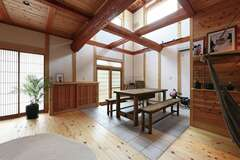 大胆かつ繊細な大工技術が生きる丸太梁を組み上げた作品のような家