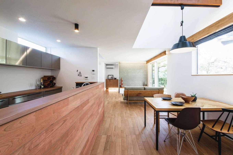 ainoa.life くらはし建築【デザイン住宅、狭小住宅、間取り】吹き抜けのダイニングは、カフェのように居心地のいい空間