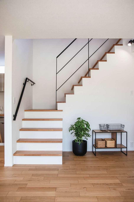 ainoa.life くらはし建築【デザイン住宅、狭小住宅、間取り】手すりや段々のラインが美しい階段
