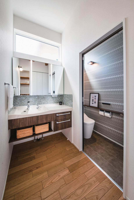 ainoa.life くらはし建築【デザイン住宅、狭小住宅、間取り】造作の洗面スペース。しまうものに合わせて棚を設け、シンプルにデザイン。鏡の上の窓から明るさを十分に確保