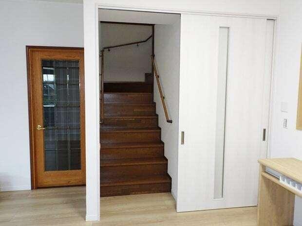 太啓建設 予算はあまりかけずに空調の効率を上げるため、オープンなつくりのリビング階段に引戸を新設