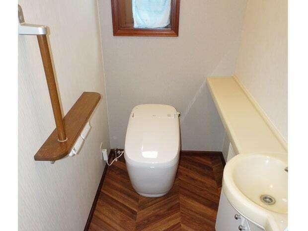 太啓建設 トイレも取替えて気分一新。LIXILサティスGの四角いデザインが、ヘリンボーンの床とマッチしている