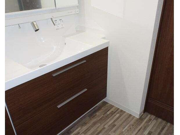 太啓建設 洗面化粧台は、大容量の収納を備えたLIXILのLCですっきりとした印象に。水栓まわりに水が溜まりにくいので掃除が楽にできる