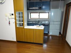リフォーム前のキッチンは、壁付けで吊り戸棚があった