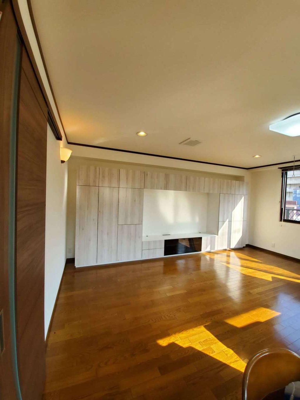 太啓建設 リビングの壁面収納にはLIXILのヴィータスを採用。引出し、キャビネット、扉などを自由に組合せでき、暮らしの変化に合わせてパーツを追加することも可能だ