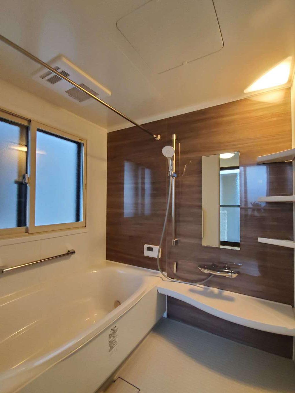 太啓建設 バスルームは掃除がしやすく、寒い冬場でも冷やっとしないLIXILアライズに。二重窓で断熱効果も高めた