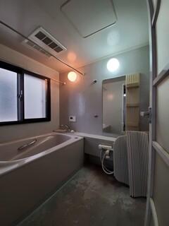 窓から伝わる冷気で冬はとても寒かったバスルーム