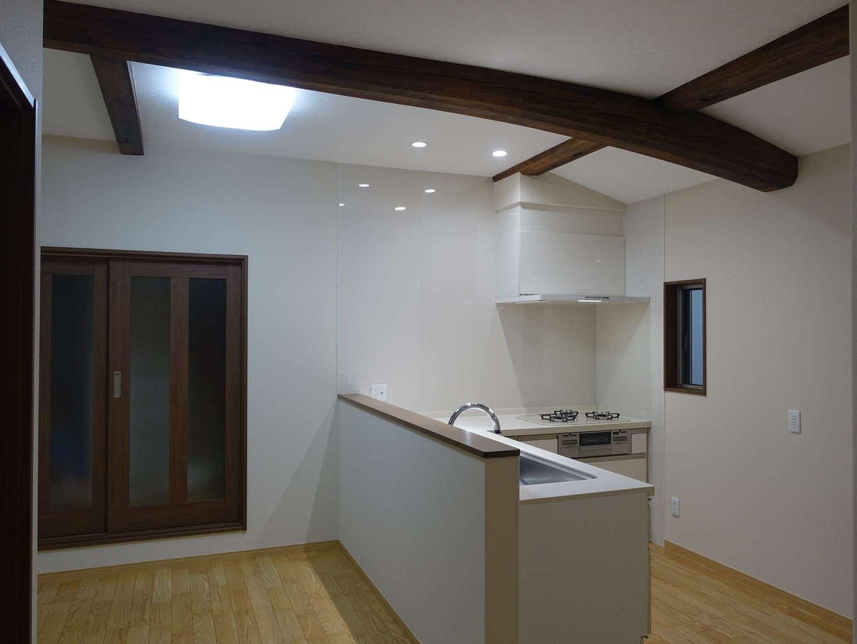 太啓建設|日本家屋ならでは魅力を感じるデザインに。天井を上げて梁を出すことで、和の趣きを楽しめる空間に仕上がった