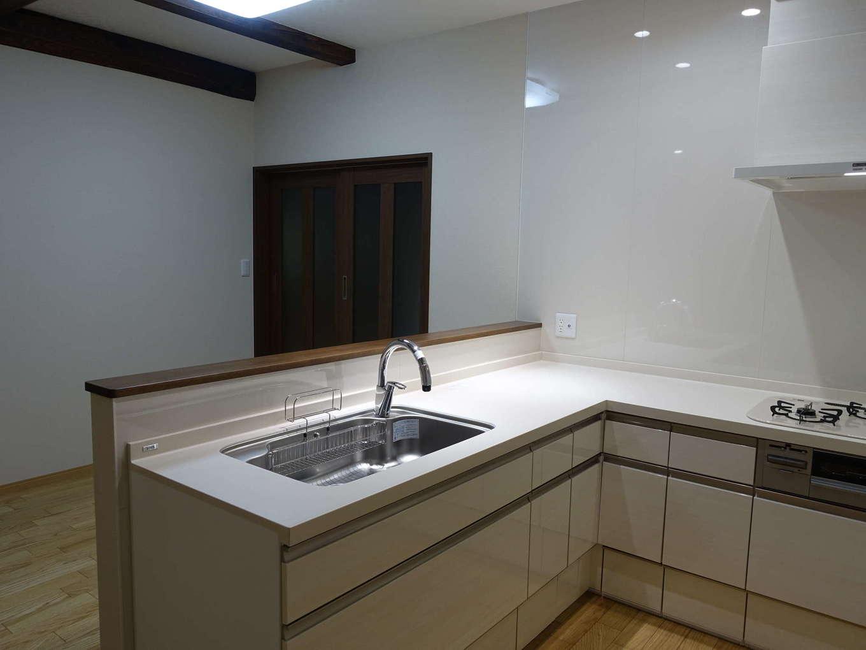 太啓建設|キッチンはLIXILのリシェルSIをセレクト。壁付けタイプからL形の対面式へ変更したことで、料理中でも顔を合わせることができる