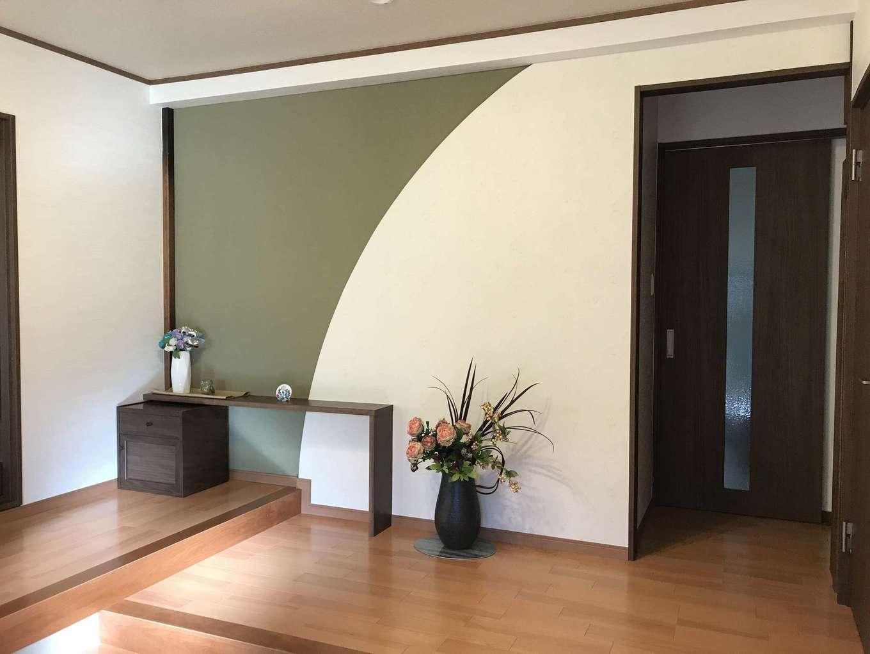 太啓建設|玄関ドアを開けると、デザイン性の高い壁が目に留まる。季節に合わせて花や小物を飾れば、和の雰囲気がより際立つ